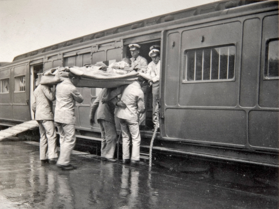 Casualties arriving by train at Ampthill Station, 1915